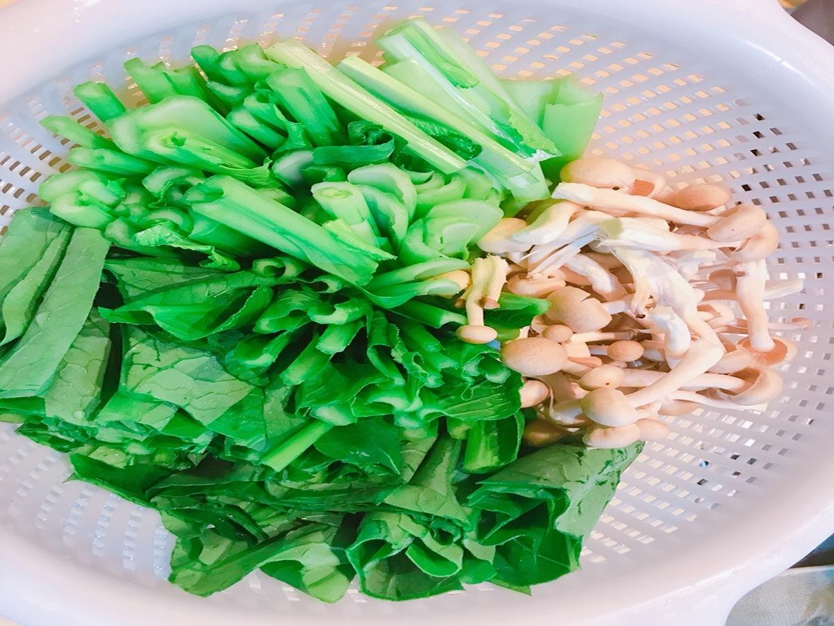 1.小松菜とシメジを切る
